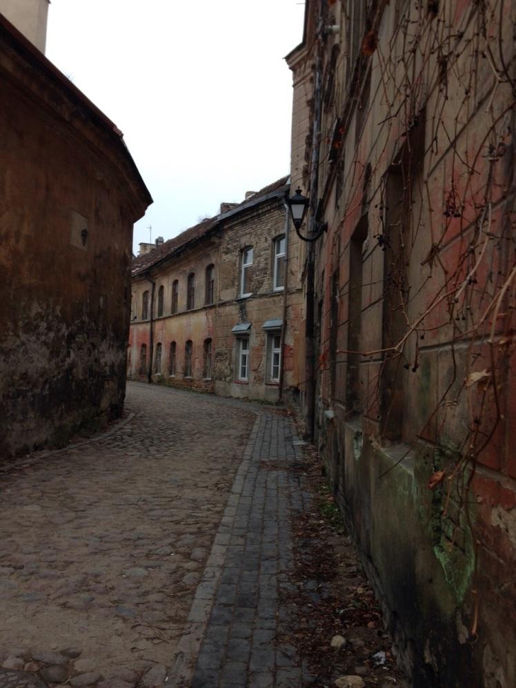 Verlaten straten in de buitenwijken van RIga