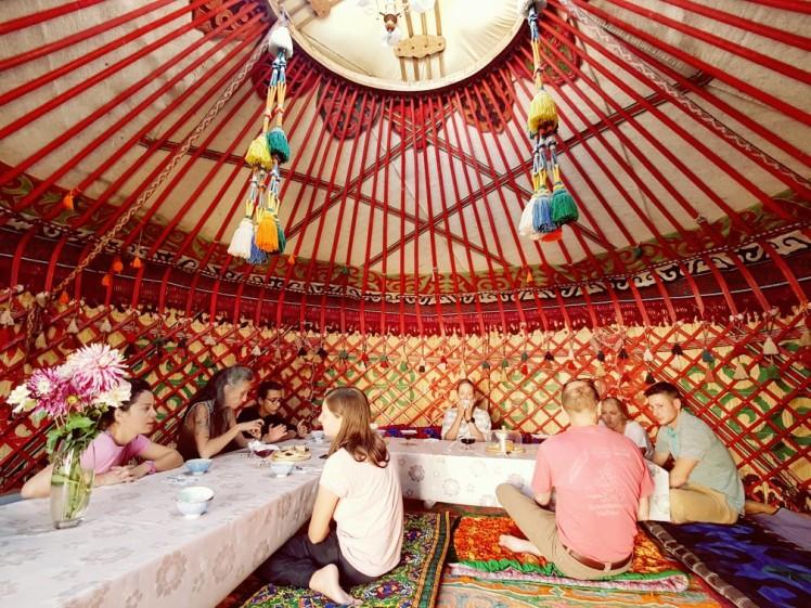 Diner in een yurt in Kirgizië