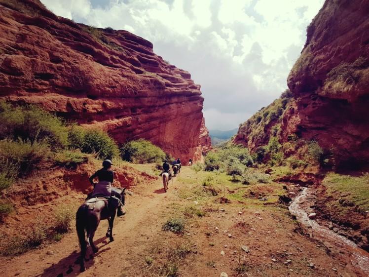 Kirgizië bergen kamperen tent paard red canyon
