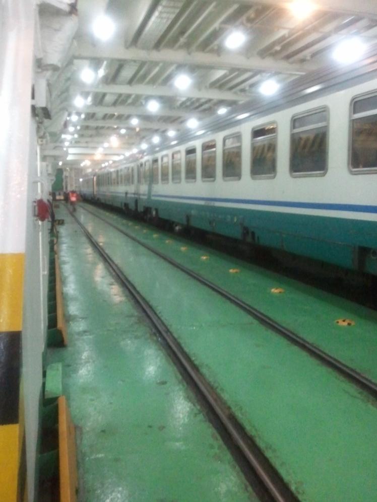 De trein op de boot naar Sicilië vanaf Napels